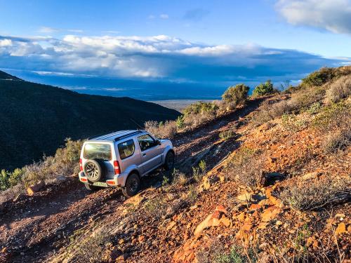 4x4_on_dirt_road